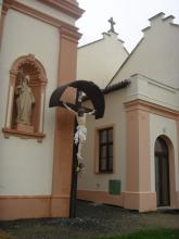 Dřevěný kříž před kostelem v Bílsku