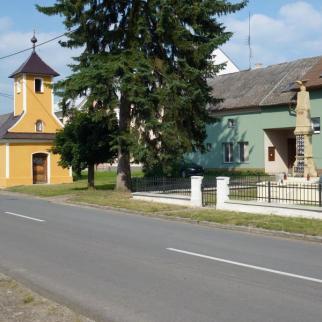 Kaplička a památník
